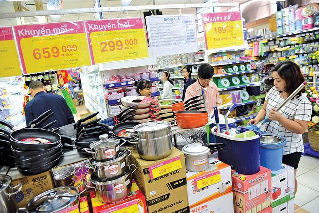 Khách hàng lựa chọn quà khuyến mại tại siêu thị