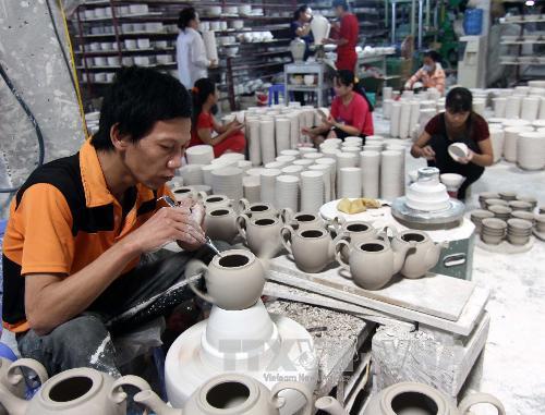 Thợ làm gốm tại xưởng ở Bát Tràng