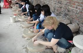 """Dịch vụ """"vuốt, nặn, vẽ"""" rất hút khách trải nghiệm ở Bát Tràng."""