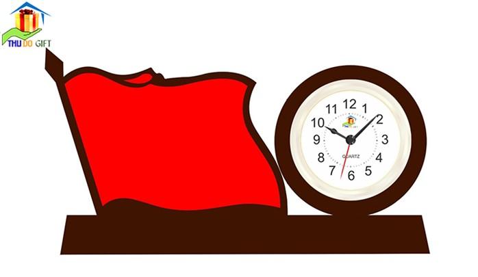 Đồng hồ để bàn gắn lá cờ mặt bạc