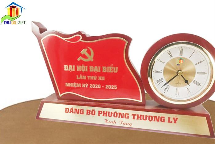 Đồng hồ để bàn gắn lá cờ -quà tặng đại hội cấp huyện