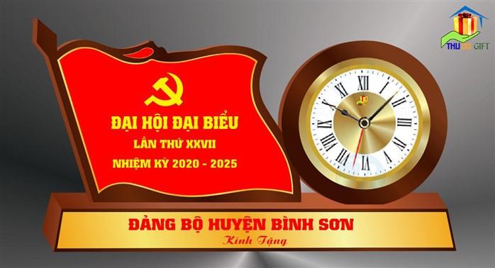 Đồng hồ để bàn gắn lá cờ