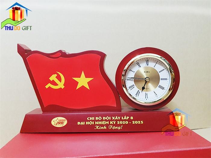 Đồng hồ để bàn gắn lá cờ đẹp