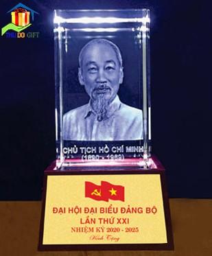 Tượng chân dung Bác Hồ khắc 3D trong Pha Lê