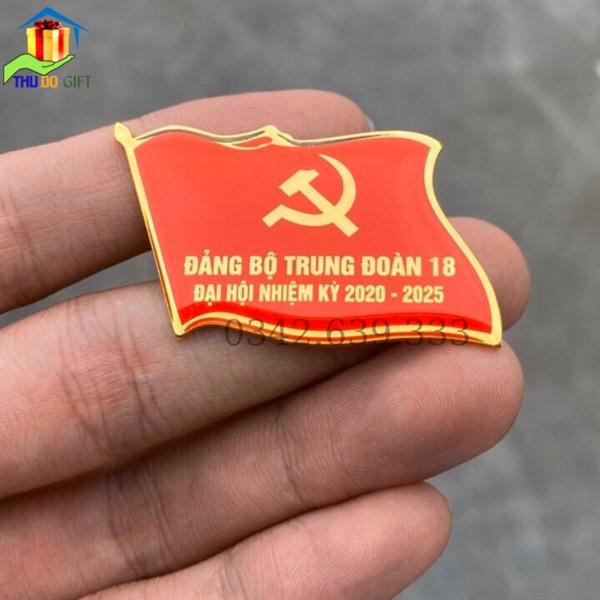 Huy hiệu hình lá cờ đại hội Đảng bộ trung đoàn 18