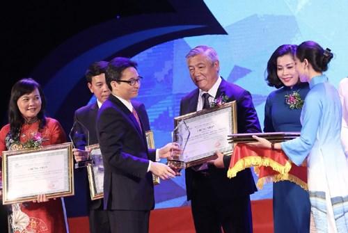 Phó Thủ tướng Vũ Đức Đam trao tặng vinh danh du lịch năm 2019 (ảnh internet)