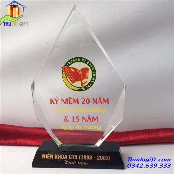Kỷ niệm chương pha lê giá rẻ tại Hà Nội in theo yêu cầu
