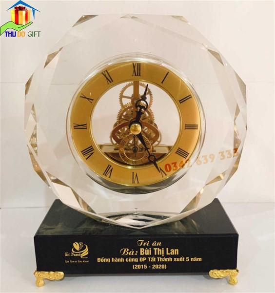 Đồng hồ pha lê tinh thể - Quà tặng kỷ niệm 5 năm gắn bó công ty dược phẩm.
