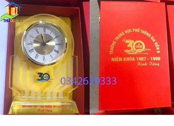 Đồng hồ để bàn Thủ Đô đặt trong hộp xi lụa sang trọng