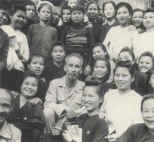 Hình ảnh Chủ tịch Hồ Chí Minh về tham dự đại hội hội LHPN Việt Nam lần thứ 1